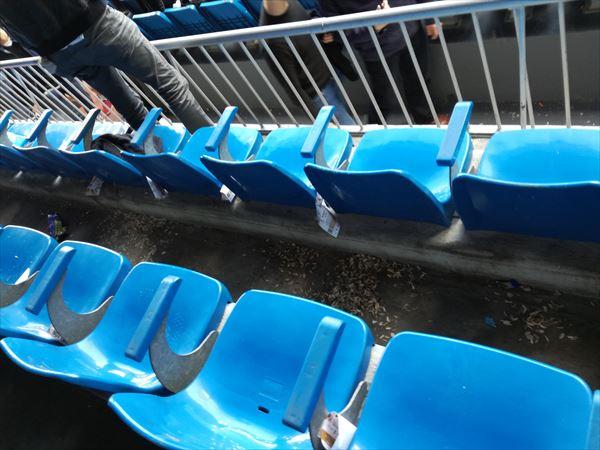 サンティアゴ・ベルナベウスタジアム ひまわりの種の残骸